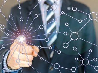 האינטרנט של בזק, איש עסקים מצביע על נקודה בהולוגרמה